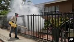 Một nhân viên diệt muỗi ở quận hạt Miami-Dade phun thuốc xung quanh một ngôi nhà ở khu vực Wynwood, Miami, ngày 1 tháng 8 năm 2016.