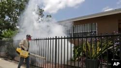 美国佛罗里达州迈阿密的一名灭蚊工作人员在喷药(2016年8月1日)