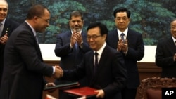 28일 중-이 경제협력 협정 체결을 축하하는 모하마드 모르시 이집트 대통령(왼쪽 두번째)과 후진타오 중국 주석(오른쪽 끝).