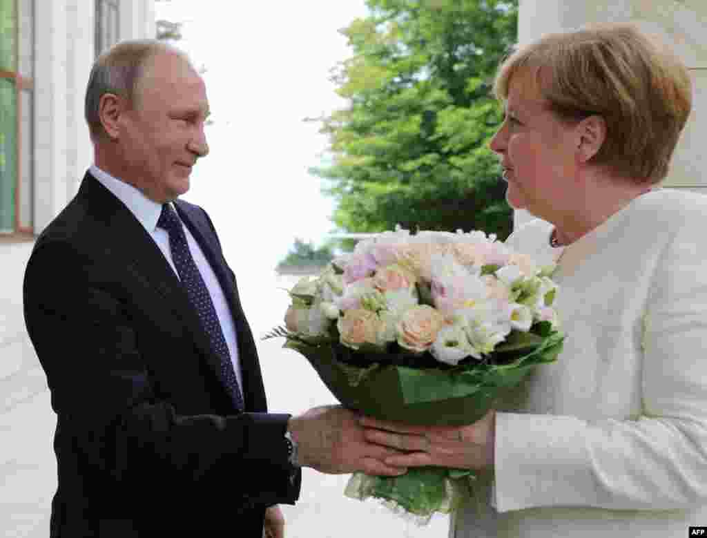 ប្រធានាធិបតីរុស្ស៊ីVladimir Putin ស្វាគមន៍លោកស្រីAngela Merkel អធិការបតីអាល្លឺម៉ង់ ក្នុងជំនួបមួយនៅទីក្រុងSochi។