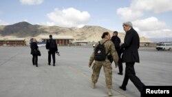 Secretário de Estado americano John Kerry chega a Cabul, Afeganistão, Abril 9, 2016.