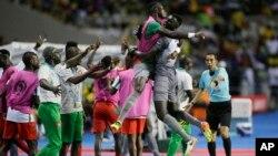 Le gardien de la Guinée-Bissau Jonas Mendes, au centre droit, célèbre la victoire de l'équipe contre le Gabon, lors de la CAN 2017, au stade de l'Amitié à Libreville, le 14 janvier 2017.