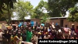 Les élèves de l'école communautaire du camp de Gondjé à la sortie du cour à Goré, au Tchad, le 28 avril 2017. (VOA/André Kodmadjingar)