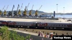 지난 2013년 9월 북한의 함경북도 항구도시 라진과 러시아 극동지역 도시 하산을 연결하는 철도 선로가 5년간의 개보수를 거쳐 개통했다. 북한 라진항에 도착한 러시아 철도 특별 열차의 모습.