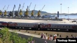 지난 2013년 9월 북한의 함경북도 항구도시 나진과 러시아 극동지역 도시 하산을 연결하는 철도 선로가 5년간의 개보수를 거쳐 개통했다. 북한 나진항에 도착한 러시아 철도 특별 열차의 모습.
