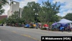트럼프 대통령 지지자들이 18일에 열리는 재선 선언 집회를 앞두고 전날(17일)부터 행사장인 플로리다 올랜도 앰웨이센터 인근에서 캠프를 치고 대기하고 있다.