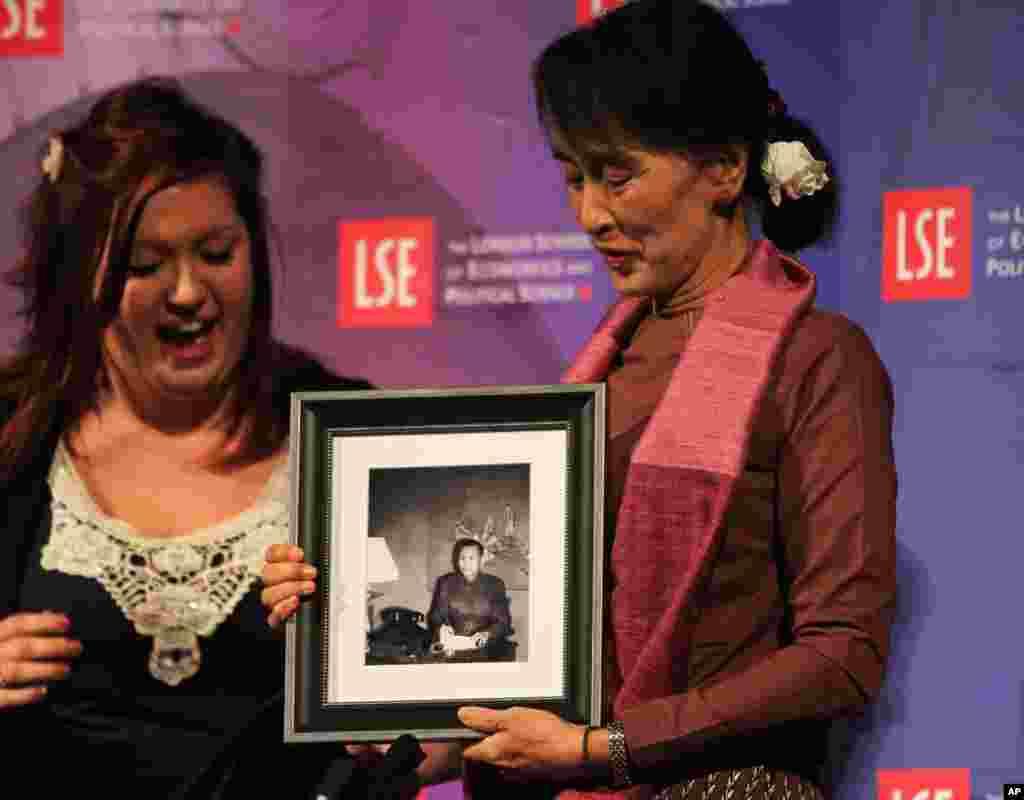 缅甸政治领袖昂山素季星期二(六月十九日)在伦敦政治经济学院得到她父亲的肖像作为生日礼物。