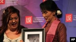 Bà Aung San Suu Kyi, khôi nguyên Giải Nobel Hòa Bình, mừng sinh nhật thứ 67 hôm nay tại Trường Đại học Kinh tế London