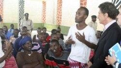 در راست جک لنگ مشاور دبیرکل سازمان ملل متحد از فرانسه، در حال گوش دادن به سخنان یک سومالیایی متهم به دزدی دریایی است