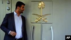 Seorang pejabat meninggalkan konsulat Arab Saudi di Istanbul, Turki, 7 Oktober 2018. (Foto: dok).