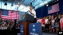 """Presiden AS Barack Obama berpidato di Sekolah Menengah Pertama Mooresville di Mooresville, North Carolina (6/6) dalam bagian """"Tur Pekerjaan dan Kesempatan untuk Kelas Menengah"""". (AP/Evan Vucci)"""
