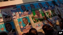 거리에 부착된 대선 후보자들의 선거용 포스터