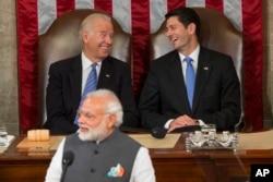 印度总理莫迪在美国国会发表讲话,后面是美国参议院议长拜登和众议院议长瑞安(2016年6月8日)