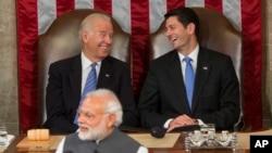 អនុប្រធានាធិបតីលោក Joe Biden (ខាងឆ្វេង) និងប្រធានសភាអាមេរិកលោក Paul Ryan សើចនៅពេលនាយករដ្ឋមន្រ្តីឥណ្ឌាលោក Narendra Modi ធ្វើការថ្លែងសុន្ទរកថាក្នុងកិច្ចប្រជុំរួមរបស់សភាអាមេរិកនៅ Capitol Hill ក្នុងរដ្ឋធានីវ៉ាស៊ីនតោន កាលពីថ្ងៃពុធ ទី០៨ ខែមិថុនា ឆ្នាំ២០១៦។