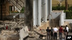 Civili i bezbednosne snage na mestu napada ispred hotela Babilon u Bagdadu
