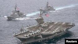 美国海军航母卡尔·文森号带领日本海上自卫队两艘驱逐舰穿越菲律宾海域。(2017年4月26日)