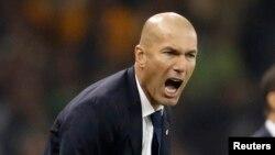 Zinédine Zidane, entraîneur du Real Madrid, vocifère en direction de ses joueurs lors d'un match de la Ligue des champions opposant leurs équipes respectives au stade national des Pays de Galles, 3 juin 2017.