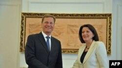 Ministar spoljnih poslova Nemačke Gvido Vestervele i predsednica Kosova Atifete Jahjaga i prilikom susreta u Prištini, 11. avgusta 2011.