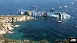 Tàu du ngoạn Costa Concordia nằm nghiêng một bên sau khi bị mắc cạn vào sáng thứ Bảy 14/1/12