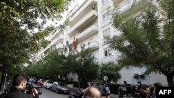 Các phóng viên bên ngoài Ðại sứ quán Thụy Sĩ ở Athens sau vụ nổ bom, ngày 2/11/2010