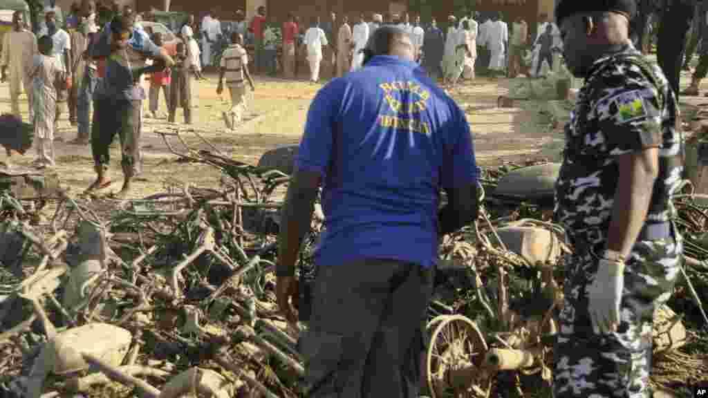 La police nigeriane inspecte le lieu d'une explosionà Kano, au Nigeria, samedi 29 novembre, 2014.