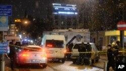 Petugas keamanan di luar kantor polisi yang terkena serangan bom bunuh diri di Istanbul. (Foto: Dok)