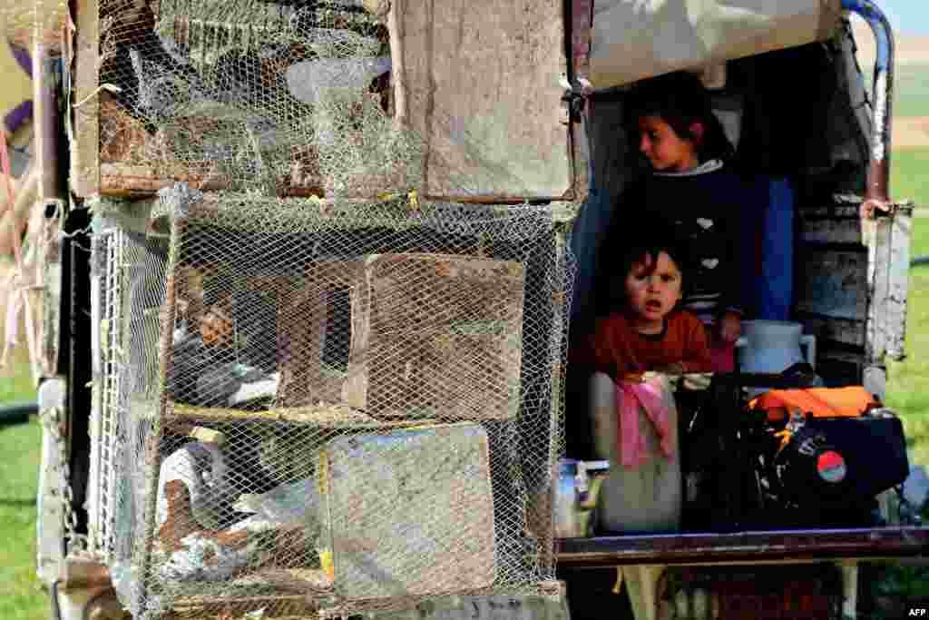 ប្រជាជនស៊ីរី ដែលបានបំលាស់ទី ប្រមូលផ្តុំនៅជំរំបណ្តោះអាសន្ន ក្បែរទីក្រុងភាគខាងជើង Manbij នៅពេលដែលចំនួនប្រជាជនដែលរត់ភៀសខ្លួនពីខេត្ត Aleppo ភាគខាងជើង កើនឡើងដោយសារតែការប្រយុទ្ធគ្នារវាងកងកម្លាំងរដ្ឋាភិបាលស៊ីរី និងយុទ្ធជនរដ្ឋឥស្លាមកាន់តែតឹងតែង។