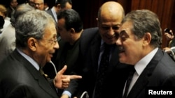 Mkuu wa rasimu mpya ya katiba ya Misri Amr Moussa (Kushoto), mjini Cairo, Dec. 1, 2013.