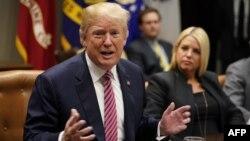Presidenti Donald Trump gjatë një takimi me mësues dhe nxënës në Shtëpinë e Bardhë