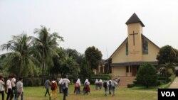 Dua puluhan siswa-siswi SMA berbagai agama mengunjungi GKP Kampung Sawah, pada 30 April 2019, dalam rangka wisata toleransi di Kampung Sawah. (Foto: Rio Tuasikal/VOA)