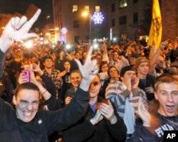 宾州州立大学学生深夜集结街头并高呼支持帕特诺