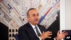 Menteri Luar Negeri Turki Mevlut Cavusoglu berbicara di Foreign Press Club, di Roma, 23 November 2017.