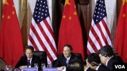 El secretario del Departamento del Tesoro de EE.UU., Timothy Geithner se reunió con importantes funcionarios chinos para tratar el asunto de la economía mundial.