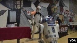 버지니아 리즈버그 고등학교에서 열린 한 자선행사에 '스톰트루퍼'라고 하는 흰색 갑옷 군인 복장을 한 데이먼 데그너 씨와 R2-D2 로봇이 참가했다.
