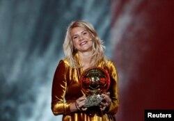 Ada Hegerberg dari klub Olympique Lyonnais memenangkan penghargaan perdana Ballon d'Or untuk pesepak bola putri di Grand Palais, Paris, 3 Desember 2018.