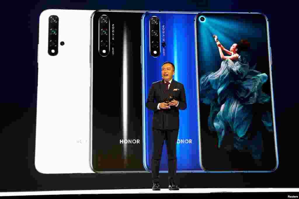 London - Huawei Honor markasının prezidenti Corc Jao Honor-20 smartfonu təqdim edir