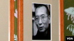诺委会会议室墙壁上刘晓波做为诺贝尔奖得主的正式照片(美国之音王南拍摄)