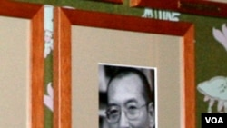 """刘晓波做为""""诺贝尔和平奖""""得奖人的照片摆在诺委会会议室墙上"""