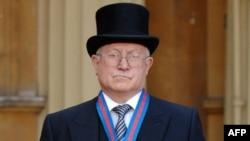 Олег Гордиевский после награждения орденом святого Михаила и святого Георгия королевой Великобритании Елизаветой Второй в 2007г.