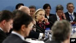 کلینتون در اجلاس وزیران امور خارجه ناتو در بروکسل حضور یافت