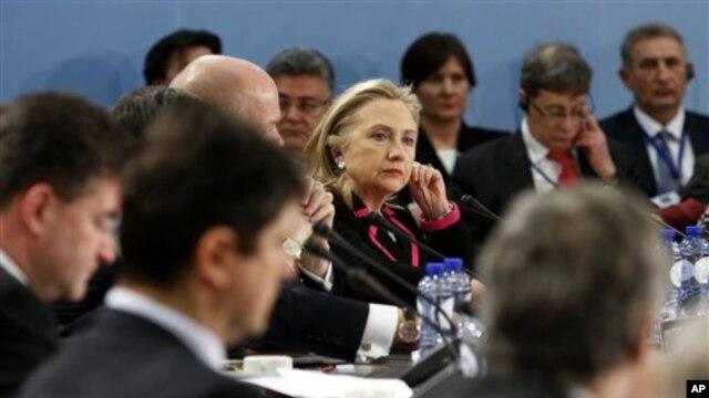 Xillari Klinton NATO tashqi ishlar vazirlari majlisida qatnashmoqda, Bryussel, 4-dekabr, 2012-yil.