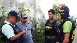 Polisi Honduras mengawal Plutarco Antonio Ruiz (kedua dari kiri), pacar kakak Miss Honduras Maria Jose Alvarado.