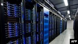 FILE - Ribuan server di Pusat Data Facebook, yang pertama di luar AS pada 7 November 2013 di Lulea, Lapland, Swedia.