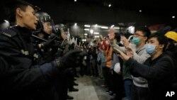 Cảnh sát đẩy lui những người biểu tình trước tòa nhà của Viện Lập pháp ở Hong Kong, ngày 19/11/2014.