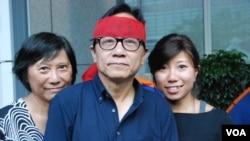 63歲的絕食者韓連山(中)絕食超過100小時,妻子(左)及女兒到場支持他