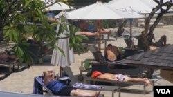 Wisatawan yang sedang bersantai di salah satu hotel di Bali. (VOA/Muliarta)