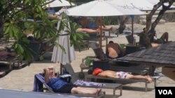 Para turis sedang bersantai di salah satu hotel di Bali. (VOA/Muliarta)