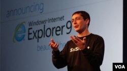 Eksekutif Microsoft, Dean Hachamovitch, memperkenalkan Internet Explorer 9 (foto: dok). Microsoft didenda 733 juta dolar karena menjual Windows secara paket dengan Internet Explorer.