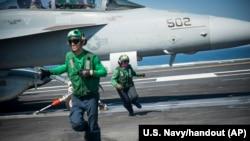 Máy bay USS Carl Vinson được triển khai để yểm trợ các hoạt động tác chiến ở Iraq và Syria.