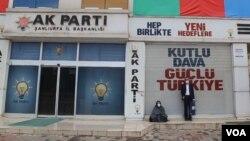 Emîne Şenyaşar li pêş avahîya AKPê